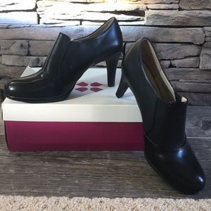 Naturalizer NWT Low Black Leather Booties, size 9